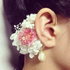 白花のイヤーカフ(ピンク)