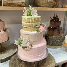 tarta acabados buttercream combinado en rosa y floral Cake, Floral, Desserts, Pink, Tailgate Desserts, Deserts, Kuchen, Flowers, Postres