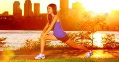 Renforce les muscles du devant ainsi que du derrière les cuisses.  La position : debout, jambes écartées de la largeur du bassin, le dos bien droit, faites un pas en avant.  Le mouvement : faites une flexion vers l'avant jusqu'à obtenir un angle de 90°. Lorsque vous fléchissez les jambes, inspirez, le dos bien droit, le regard vers l'avant. Pensez à bien contracter vos fessiers pour qu'ils travaillent un maximum. Puis, remontez en expirant.  Durée : 5 séries de 20 répétitions pour chaque…
