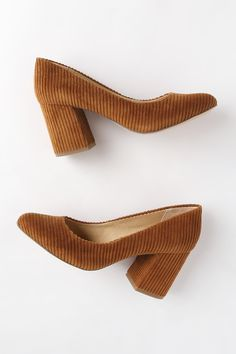 Take your footwear up a notch with the Splendid Hector Whiskey Corduroy Pumps! Corduroy pumps with almond-toe upper and matching sturdy block heel. Pretty Shoes, Cute Shoes, Me Too Shoes, Beautiful Shoes, Look Fashion, Fashion Shoes, Fashion Accessories, Runway Fashion, Fashion Trends