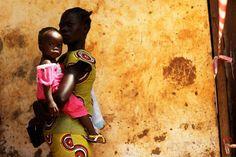 Suda: Una madre espera con su hija para votar en Juba.