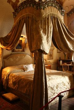 Castle howard la chambre guest bedrooms красавица и чудовище Beauty And The Beast Bedroom, Belle Beauty And The Beast, Pantheon Lol, Castle Bedroom, Castle Howard, Raindrops And Roses, Dreams Beds, Guest Bedrooms, Luxury Bedrooms