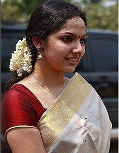 Kerala Saree, Indian Sarees, Kerala Traditional Saree, Set Saree, Saree Dress, Kasavu Saree, Indian Face, Indian Photoshoot, Dress Neck Designs