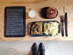 Menu du jour 06/02 - Salade choux blanc - Cake lentille corail Bio + pousses d'épinard + ricotta de Bufflonne + Parmesan home-made (par Claire) - Sauce au yaourt home-made (par Nicolas) + menthe fraîche + Gomasio - Muffin framboises home-made (par Claire)/ recette de Marc Grossman