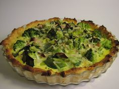 Broccolipaj med ädelost passar lika bra till förrätt som till varmrätt. Denna vegetariska paj är superenkel att laga, och smakar underbart. Här är receptet!