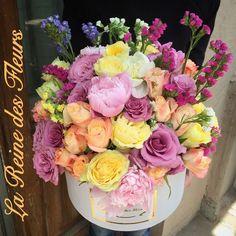 Flower arrangement in a box by La Reine des Fleurs