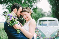 Ein entspannter Hochzeitstag mit Cricket, Likör, einem coolen Hochzeitsbulli, einem Kleid mit unglaublicher Spitze und einem relaxt fröhlichen Hochzeitspaar – komm' doch gleich mit und genieße hier die Hochzeit am See!