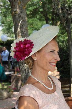 Muy elegante nuestra clienta con el modelo Pavia en crudo y rosa! #invitada #boda #tocados www.laboutiquedeluca.com