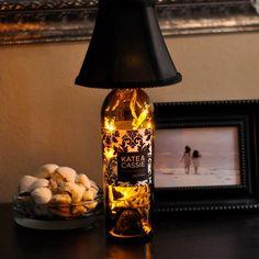 déco récup avec des bouteilles de vin vides pour créer une lampe de chevet…