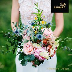Een prachtige trouwboeket in plukstijl met een mix aan bloemen in veel verschillende kleuren. De rozen en pioenrozen zijn een echte blikvanger. Dit bruidsboeket is gemaakt door Fleurop Bloemist 't Blumpke uit Gulpen. All Flowers, Floral Wreath, Wreaths, Tattoo, Decor, Floral Crown, Decoration, Door Wreaths, Tattoos