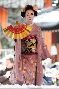 Maiko dance by Teruhide Tomori (busy in Tokyo), via Flickr