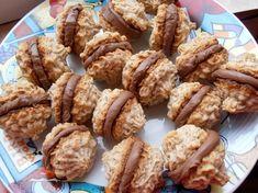 Pricomigdale cu crema de ciocolata - CAIETUL CU RETETE Sweets Recipes, Just Desserts, Cookie Recipes, Delicious Desserts, Yummy Food, Romanian Desserts, Sweet Pastries, Sweet Cakes, How Sweet Eats