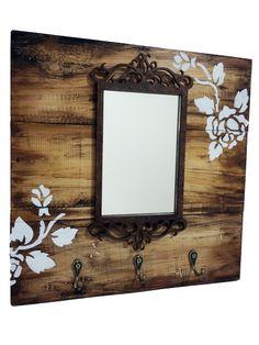 Porta chaves em madeira com espelho. <br>Pintado a mão.