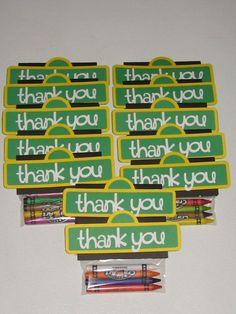 El regalo, si gustas dar un obsequio además de dar dulces a los invitados de tu fiesta, unos crayones son magníficos para este fin.