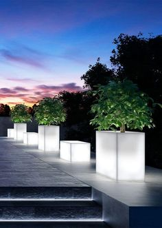17 Illuminated Planters: How To Make A Glowing Romantic Backyard - Garten 2019 Contemporary Landscape Lighting, Landscape Lighting Design, Garden Lighting Projects, Backyard Lighting, Deck Lighting, Exterior Lighting, Garden Lighting Diy, Driveway Lighting, Romantic Backyard