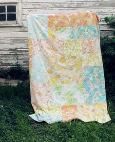 Dying for some patchwork quilt inspiration? This is a huge list of amazing patchwork quilts that will have you rushing to your fabric stash! Vintage Sheets, Vintage Quilts, Vintage Fabrics, Vintage Linen, What A Nice Day, Cute Blankets, Smile And Wave, Beach Blanket, Picnic Blanket