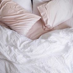 Pink sheets and white comforter. Dream Bedroom, Home Bedroom, Bedroom Decor, Bedrooms, Pretty Bedroom, Bedroom Ideas, My New Room, My Room, Dorm Room