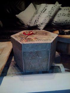Caja París....con  estuco, decoupage y una cinta decorativa