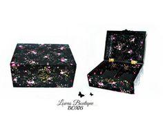 Boîte à Bijoux Patchwork Fleurs Rose Cette boîte à bijoux est idéale pour ranger vos bijoux et décorer vôtre espace grâce à ses petites fleurs rose.   PAS D'ENVOI A L'INTERNATIONAL.   Dimensions: 14.5 cm x 11 cm Hauteur: 6,5 cm
