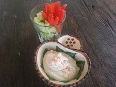 Witte bonendip  Foto: Een gezond fris hapje. Verse groentjes met witte bonendip. Eenvoudig en toch eens iets anders.  http://donnacaramella.blogspot.be/2013/08/humus-van-reuzenbonen.html