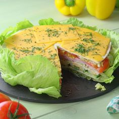 The fresh salad cake with creamy sauce tempts you to imitate it. The fresh salad cake with creamy sauce tempts you to imitate it. Healthy Snacks, Healthy Eating, Healthy Recipes, Good Food, Yummy Food, Tasty, Salad Cake, Breakfast Recipes, Dinner Recipes
