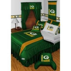 Green Bay Packers queen bedding set....um, I would TOTALLY have this.  Yeah, I need this.