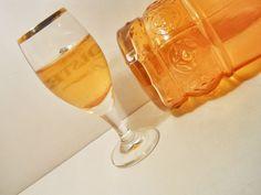 Igazi téli ízek, amikor a hidegben amúgy is jól jön egy kis melengető ital. White Wine, Alcoholic Drinks, Beer, Mugs, Tableware, Glass, Food, Mint, Liquor Drinks