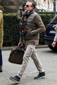 ブラウン系グラデーションを表現した統一感あるメンズのダウンベストコーデ Modern Men Street Style, Look Street Style, Smart Casual Men, Stylish Men, Dapper Men, Future Fashion, Gentleman Style, Madrid, Menswear