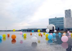 installation by Merijn Hos and Renee Reijnders with floating balloons on water Floating Balloons, Bubble Balloons, Bubble Gum, Bubbles, Water Balloons, Balloon Installation, Modern Metropolis, Outdoor Art, Land Art