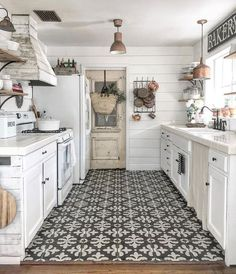 No matter what size or shape, here are 20 Great Kitchen Styling + Staging Ideas .No matter what size or shape, here are 20 Great Kitchen Styling + Staging Ideas Source by decoratedli. Home Decor Kitchen, New Kitchen, Home Kitchens, Awesome Kitchen, Decorating Kitchen, Kitchen Designs, Farm House Kitchen Ideas, White Appliances In Kitchen, Small Galley Kitchens