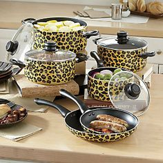 leopard print pots and pans! Animal Print Decor, Animal Print Fashion, Animal Prints, Decoration Originale, Leopard Fashion, Leopard Animal, Cookware Set, Cheetah Print, Leopard Prints