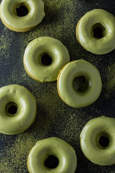 Baked matcha doughnuts with matcha glaze really pack a green tea punch! These are baked, not fried, so they're not only easier to eat, but they're also easier on your waistline. Comida Disney, Mint Green Aesthetic, Bebidas Do Starbucks, Enjoy Your Meal, Green Theme, Think Food, Matcha Green Tea, Aesthetic Food, Shades Of Green