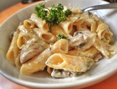 Νόστιμο εύκολο και γρήγορο φαγητό. Μια συνταγή για ένα ελαφρύγευστικότατο πιάτο. Πένες ή άλλο ζυμαρικό της αρεσκείας σας με κοτόπουλο μανιτάρια και κρέμα τ