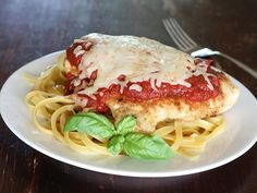 Poitrine de poulet sautée et couverte de sauce tomate. Plusieurs pensent que ce mets est typiquement italien, mais ils ne le trouveraient pas chez nous. Je l'ai dégusté quant à moi pour la première fois lors de mon premier voyage en Amérique du Nord. Depuis, j'ai développé ma propre recette que je partage ici avec vous.