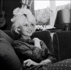 More than one couture designer has taken inspiration from the cool, blissful style of French actress Brigitte Bardot. Bardot on holi. Bridgitte Bardot, Go Feminin, Bardot Bangs, Bardot Fringe, Bed Hair, Catherine Deneuve, Jane Fonda, French Actress, Classic Beauty