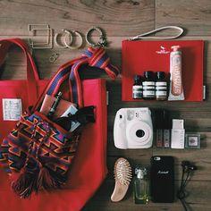 【ELLE】田上実央/「グリード インターナショナル」ショップスタッフ | 旅好きインスタグラマーがポスト! モードな旅路をつくるバッグの中身を拝見