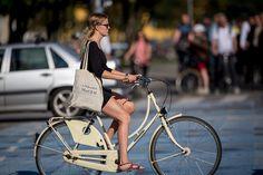 Pedel Power galore in Copenhagen. Biomechanics will move Danes km on a nice day like this. Bicycle Women, Bicycle Girl, Dutch Bike, Female Cyclist, Urban Bike, Cycle Chic, Bike Style, Cycling Bikes, Cycling Outfit