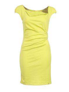 gele jurk met gesp