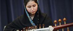 http://mundodemusicas.com/negin-khpolwak/ - Embora muitos não saibam, os Talibãs baniram, durante muitos anos, o ensino musical e a educação das raparigas afegãs. Esta restrição, que parece ridícula para qualquer ocidental, continua a ser aplicada a muitas mulheres no Afeganistão. Porém, uma jovem rapariga com 17 anos tornou-se recentemente na primeira maestrina do Afeganistão. Como é que isto aconteceu? É essa mesma história que contamos neste post.