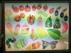 La clase de Mar: LA ORUGA GLOTONA EN LA MESA DE LUZ Eric Carle, Sensory Art, Reggio Emilia, Table Games, Light Table, Book Activities, Painting, Preschool, Caterpillar