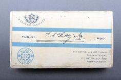 Forssan museo. P.C Rettig C.o:n tupakkarasia. Rasia on pelkistetty ja väritykseltään sini-valkoinen. Rettig oli yksi Suomen suurimmista tupakkatehtaista. Se perustettiin Hampurissa 1770-luvulla. Tupakanvalmistuksen se lopetti vuonna 1994. Vintage Ads, Cabo, Product Design, Finland, Nostalgia, Spirit, Graphic Design, Humor, Retro