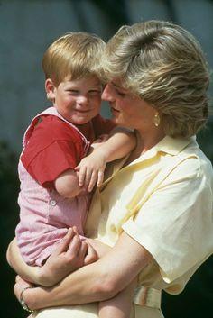 """Realmente me arrepiento de no haber hablado acerca de ello durante los primeros 28 años de mi vida. """" Con estas palabras el príncipe Harry ha abierto su corazón y ha hablado de su dolor por la muerte de su madre, Lady Di, por primera vez en público."""
