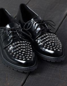 Zapato Tachas BSK. Descubre ésta y muchas otras prendas en Bershka con nuevos productos cada semana