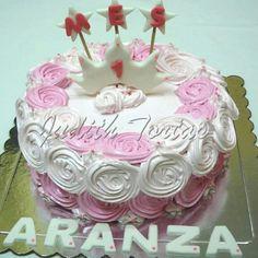 Torta decorada con rosetones de merengue., detalles en fondant.
