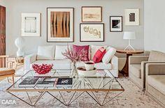 Todos os móveis cabem perfeitamente na sala, sem enchê-la demais. A escala dos objetos faz sentido: a mesa de centro, por exemplo, está alinhada ao assento do sofá.
