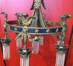 LUSTRE à sept feux de lumière en bronze à décor de panaches, noeuds