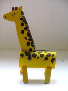 Girafa amb rotlles de paper higiènic i cartró.