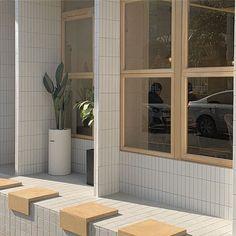 오늘은 창문을 안열어놓으셨네 😌 Cream Aesthetic, Brown Aesthetic, Aesthetic Photo, Aesthetic Pictures, Cafe Interior Design, Cafe Design, Feeds Instagram, Earth Tones, Aesthetic Wallpapers