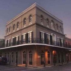 The most haunted houses in America - LaLaurie House (The Haunted House) in New Orleans, Louisiana -- One of the most haunted places I've ever been. Scary Places, Haunted Places, Abandoned Places, Mysterious Places, Creepy Things, Abandoned Castles, Abandoned Mansions, Nicolas Cage, Haunted Houses In America