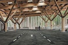 Holz fühlt sich auch dann besonders wohl, wenn es öffentlich zugänglich ist – was sich wohltuend auf die Besucher öffentlicher Bauten überträgt.